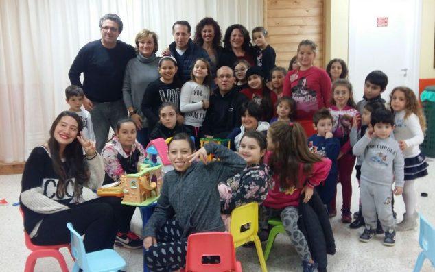 Padre Miguel Pertini in mezzo ai bambini e ai volontari della parrocchia