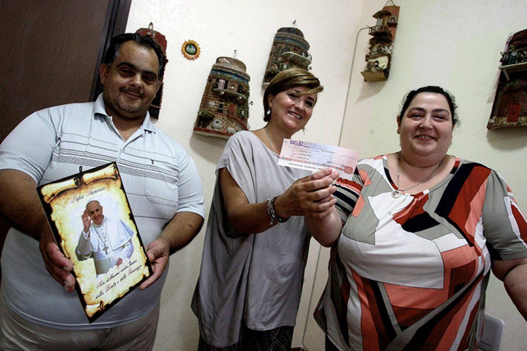 Palermo 992014 ( FOTO PETYX PALERMO) nella foto: associazione Livia Morello dona fondi alla famiglia invitata dal Papa